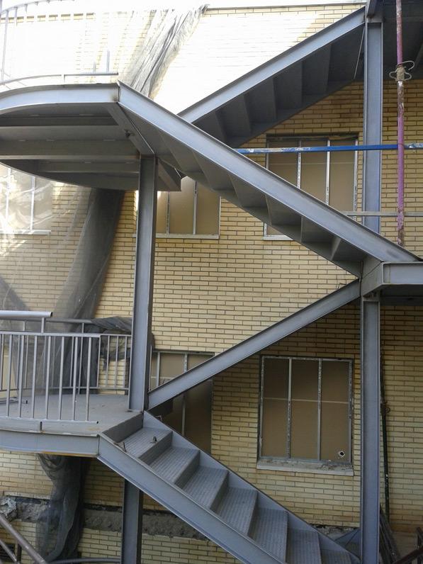 Escaleras met licas edificaci n calderer a soldadura manufe for Escaleras metalicas